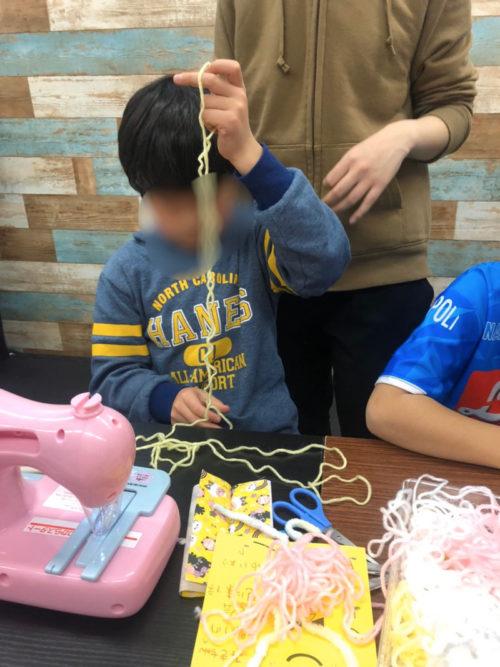 毛糸ミシンで遊ぶ子どもたち