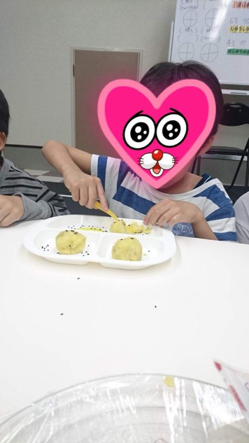 手作りスイートポテトを食べる子ども