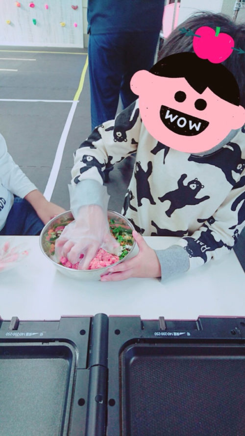 餃子のタネを作る子ども