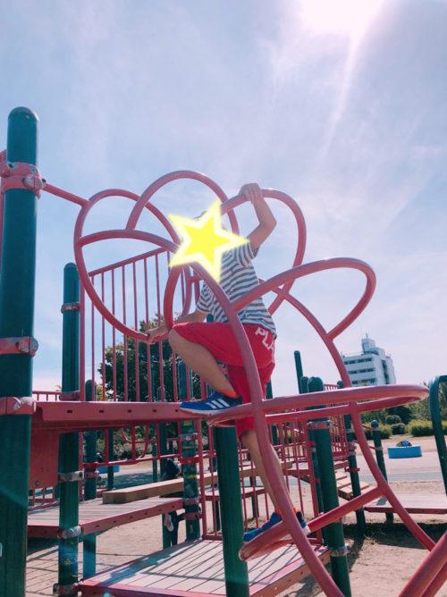 巽東緑地公園の遊具で遊ぶ子ども