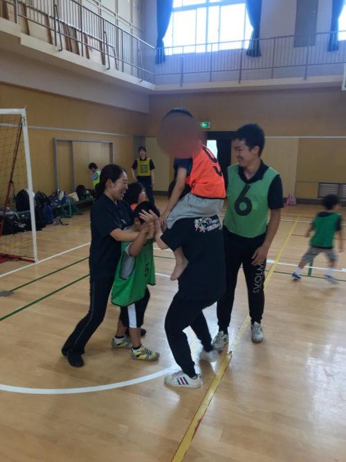 体育館で遊ぶ子どもたち