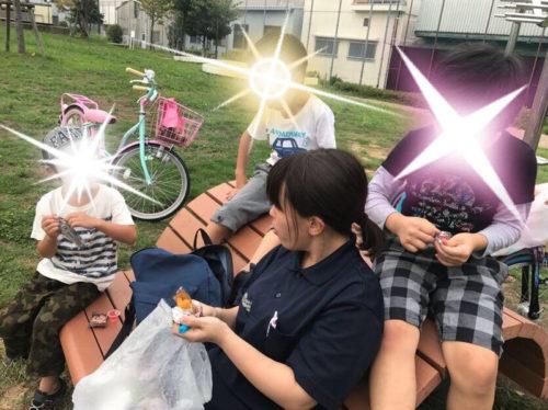 公園でおやつを食べる子どもたち