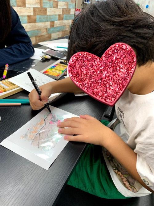 恐竜の絵を書く男の子
