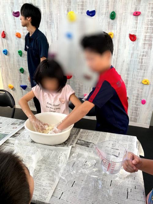 うどん粉を混ぜる子どもたち