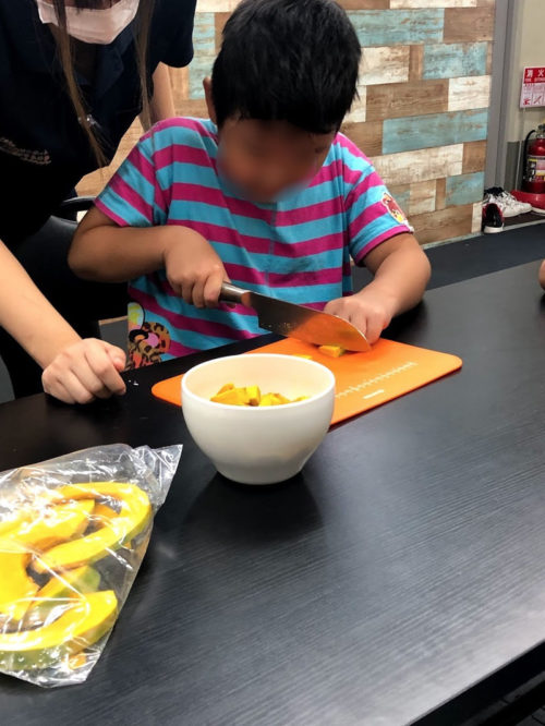 かぼちゃを切る子ども