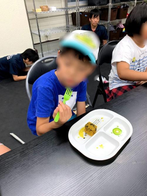 かぼちゃのケーキを食べる子ども