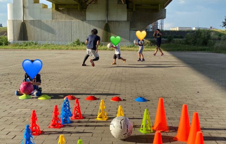 ボール遊びをする子ども