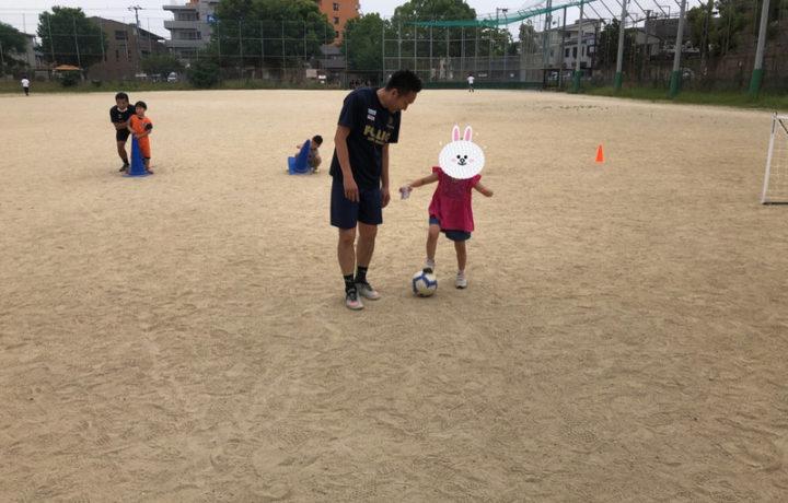 サッカーボールを蹴る女の子