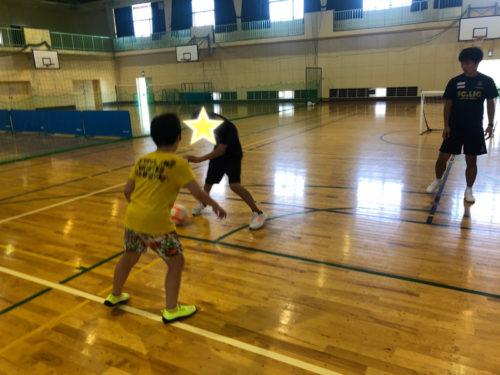 体育館でサッカー練習