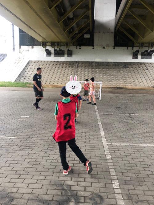 高架下でサッカー練習