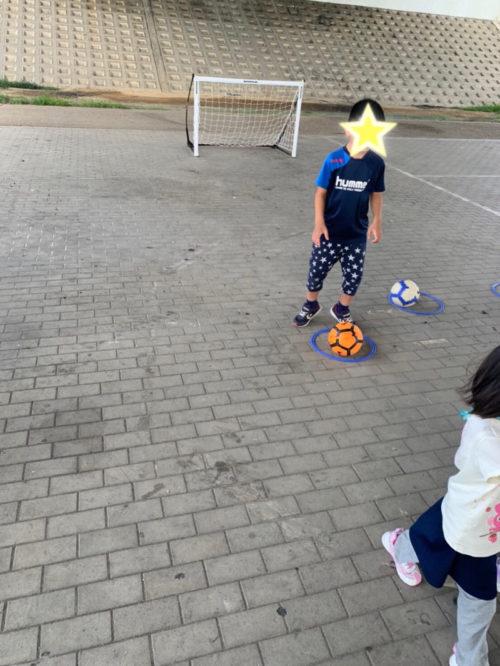サッカーの練習をする子どもたち2