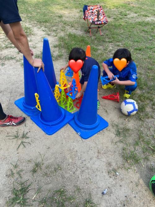 カラーコーンで遊ぶ子ども