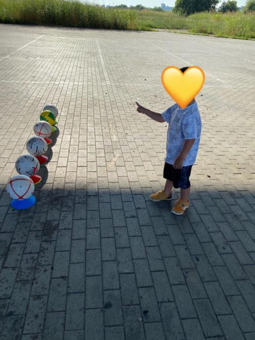 並べられたサッカーボール