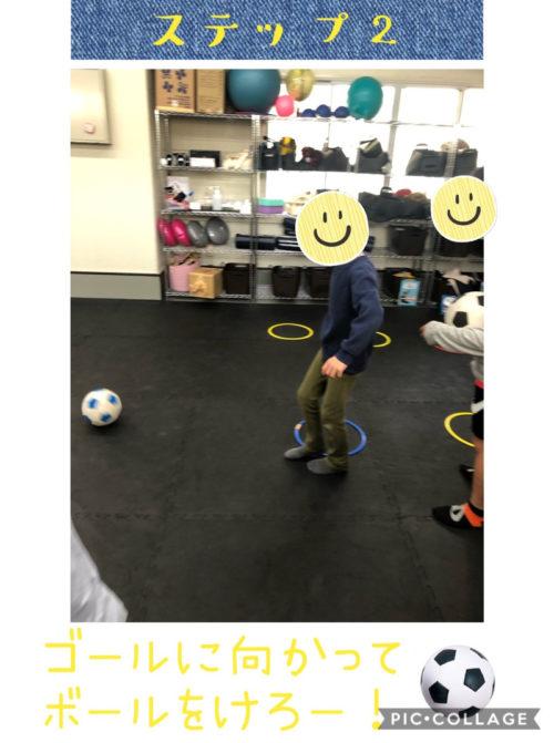 ボールを蹴る子ども