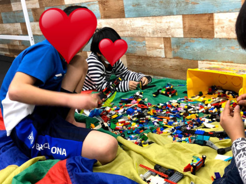 レゴで遊ぶ子どもたち