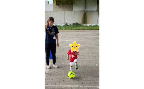 サッカーボールを蹴る子ども