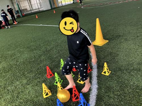 ボールを蹴って遊ぶ子ども