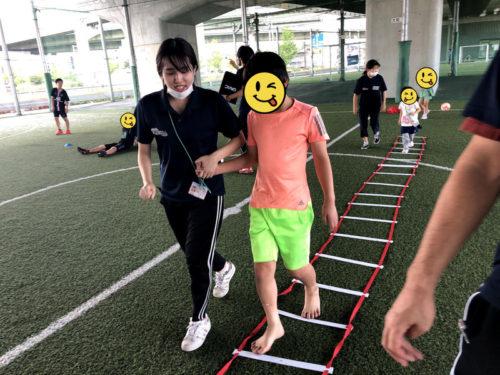 ラダーで運動する子ども