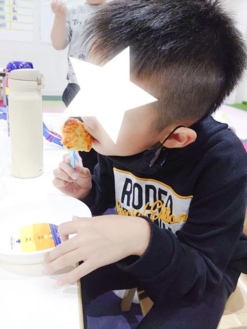 スイートポテトを食べる子ども
