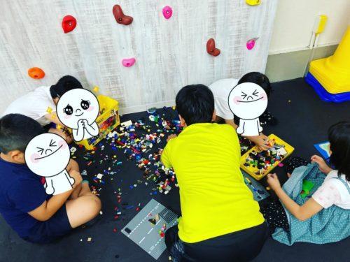 協力してレゴを片付ける子どもたち