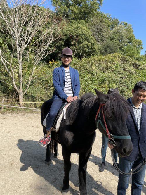 馬に乗るラダーコーチ