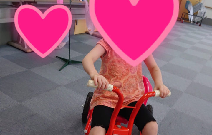 自転車で遊ぶ子ども