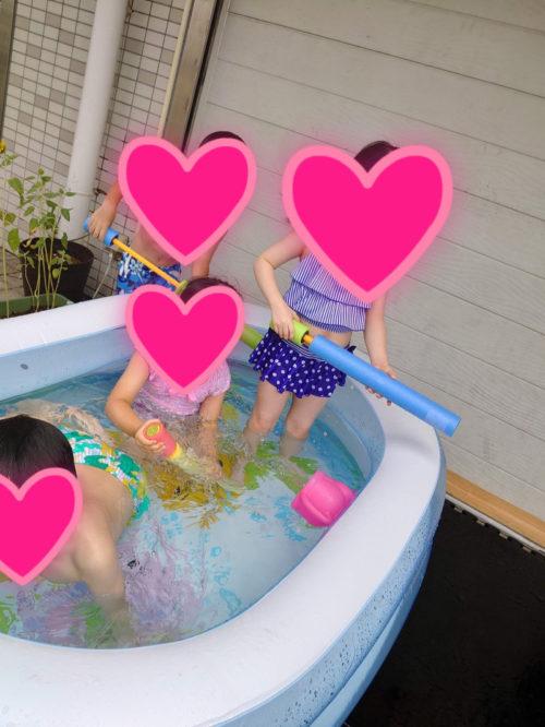 水鉄砲で遊ぶ子どもたち