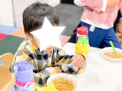焼きそばを食べる子ども