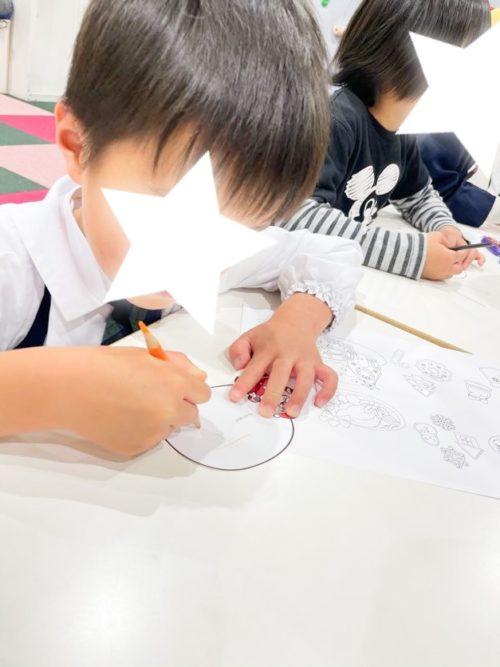 サンタさんに手紙を書く子ども