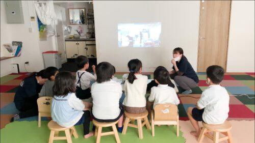 動画を見てお勉強をする子どもたち