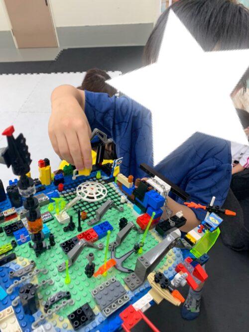 LEGOを見せてくれているお子様