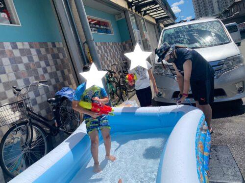 プールに入るお子様と水鉄砲での参加のお子様